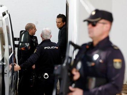 El ex director de Pemex, Emilio Lozoya, es escoltado por la policía española luego de ser detenido (Foto: Reuters/Archivo)
