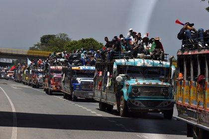 """La """"minga"""" indígena del suroeste colombiano parte el 15 de octubre de 2020 rumbo a Bogotá con la intención de reunirse con el presidente Iván Duque hoy, desde Cali (Colombia). EFE/ Ernesto Guzmán"""