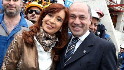 El intendente de Ensenada, Mario Secco, junto a la vicepresidenta Cristina Fernández de Kirchner, otro de los que no informa su sueldo (Prensa Ensenada).