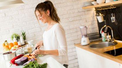 Una recomendación clave es usar tablas y utensilios distintos para crudos y cocidos o listos para consumir (Getty)