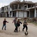 Niños sirios jugando a la pelota en un país en guerra (EFE)