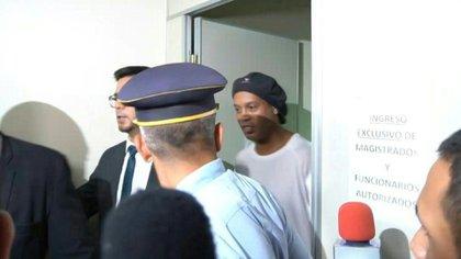 El exfutbolista brasileño Ronaldinho Gaúcho y su hermano Roberto pasaron la noche del viernes en un cuartel de la policía paraguaya tras ser detenidos en un hotel en Asunción por orden de la Fiscalía general