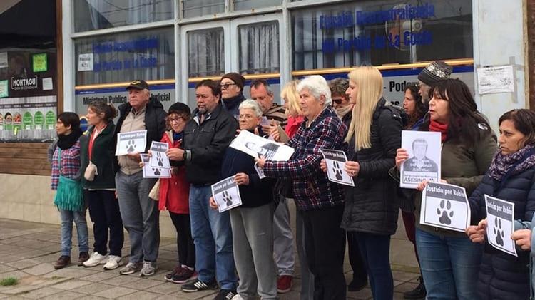 Los vecinos se manifestaron en la puerta de la Fiscalía de Mar del Tuyú para pedir justicia por Rubio (Gentileza: Activistas Animalistas de la Costa)