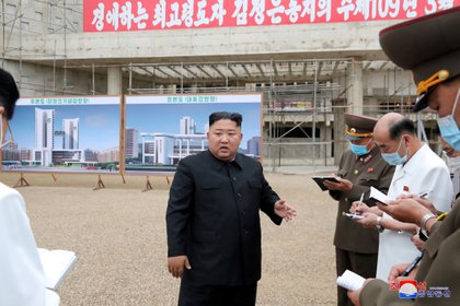 El dictador norcoreano Kim Jong-un en las puertas del Hospital General de Pyongyang, que está en construcción (Reuters)