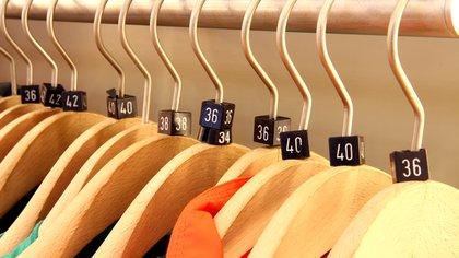 En muchos locales de ropa también se expresan en números y no en letras (Shutterstock)
