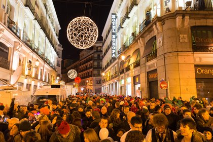 Una multitud reunida en la Puerta del Sol, punto de encuentro en Madrid, España (Shutterstock)