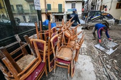Voluntarios limpian las calles en Garessio, Piamoente (Vincenzo PINTO / AFP)