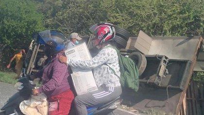 Pobladores de Tasajera vuelven a saquear un camión accidentado en la carretera