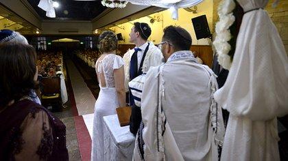 La capacidad de la sinagoga se vio colmada por los visitantes que sorprendieron hasta a la joven pareja de 31 años que se casó. Muchos de los asistentes no sabían que se oficiaría esta ceremonia, por lo que la sorpresa fue en muchos casos mutua