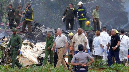 """El presidente cubano Miguel Díaz-Canel, en el lugar del accidente: """"Parece que hay un alto número de víctimas"""" (AFP)"""