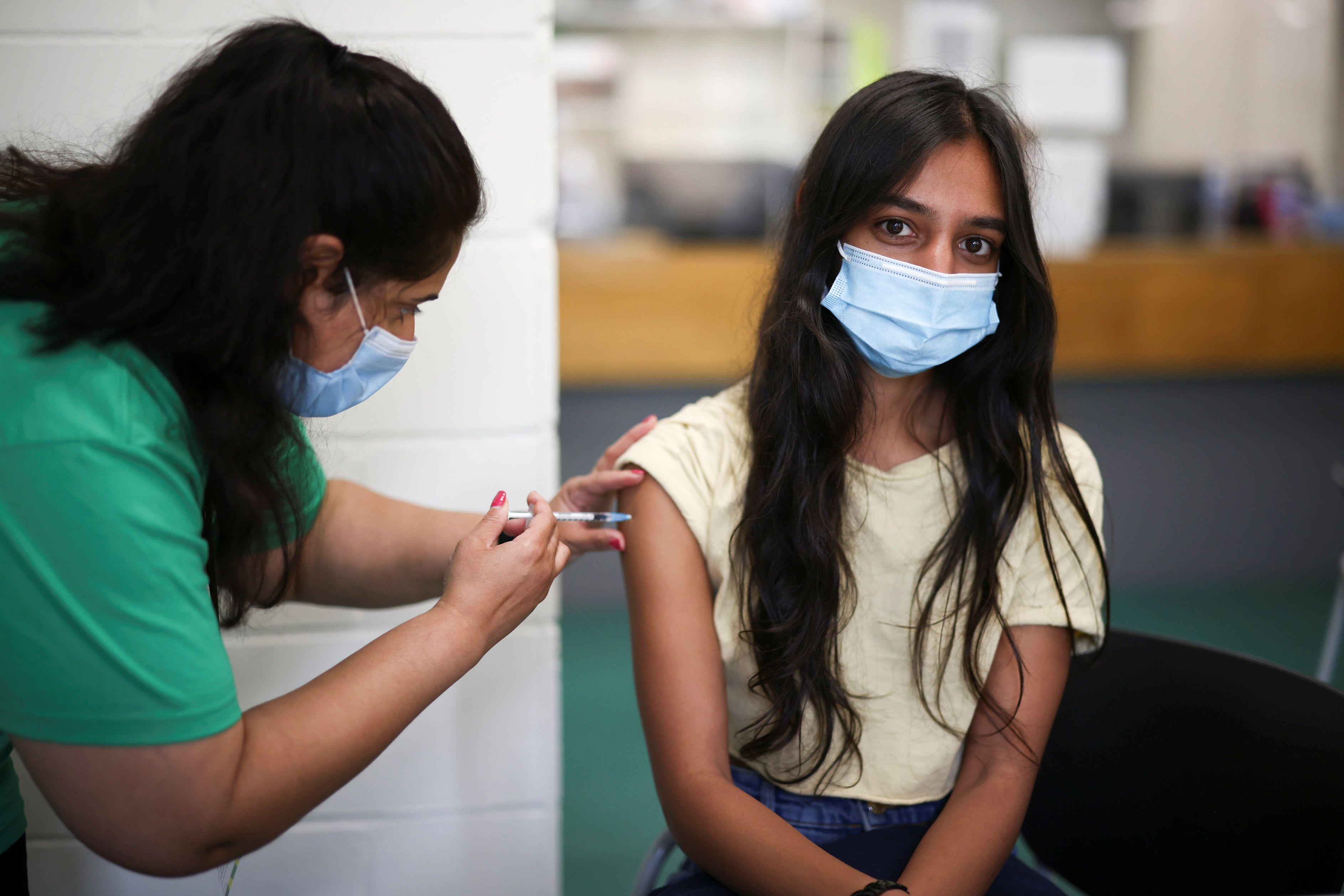 Una persona recibe una dosis de la vacuna Pfizer BioNTech en un centro de vacunación para mayores de 18 años en el Belmont Health Center en Harrow en Londres, Gran Bretaña, el 6 de junio de 2021. REUTERS / Henry Nicholls