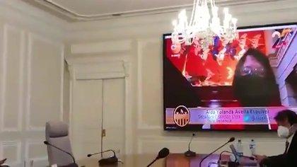 La senadora Aida Abella mientras intervenía ejerciendo su derecho a réplica era vista por el presidente Iván Duque en las pantallas de la sala de conferencias de la Casa de Nariño.
