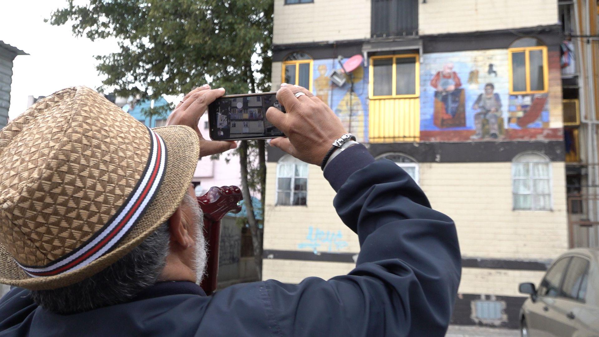 Luis Arévalo Venegas haciendo una foto de su retrato. (Foto: Juan Vicente Manrique/Infobae)