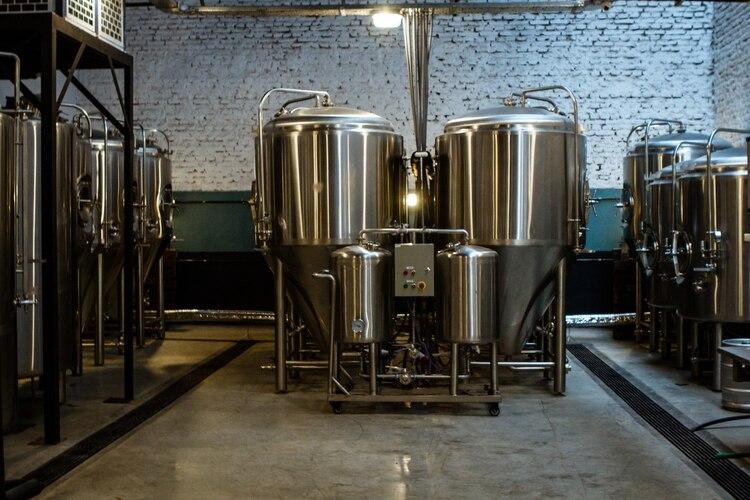 """Funes Birrería tiene su propia fábrica de cerveza para que la misma llegue fresca a la mesa. De ahí su lema: """"La hacemos y la servimos"""""""