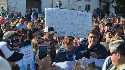 Indignación: una de las marchas en Puerto Deseado para reclamar justicia por el crimen. (DANA MORENO Y NATALI VERA/ LA OPINIÓN AUSTRAL)