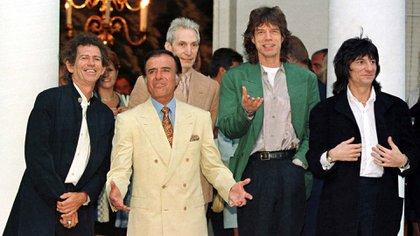 Los Rolling Stones visitaron la Argentina en 1995, antes de las elecciones en las que Menem buscaba su reelección. Keith Richards, Charlie Watts, Mick Jagger y Ron Wood fueron recibidos en la Quinta de Olivos, donde comieron pizza con el presidente y sus principales funcionarios