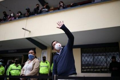 Andres Arauz saluda en un centro de votación en Quito (Reuters)