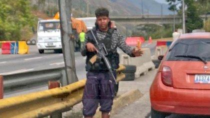 Los funcionarios que los traseuntes confundieron con malandros armados instalaron alcabalas para dar con el teniente Caldera cuando se fugó