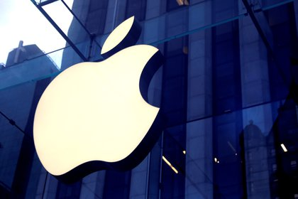 Foto de archivo: El logotipo de Apple Inc se ve colgado en la entrada de la tienda de Apple en la 5ª Avenida en Manhattan (REUTERS/Mike Segar)