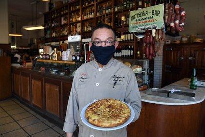 Papas apenas crocante, con cebollas caramelizadas, la tortilla de papa es el plato favorito de los clientes
