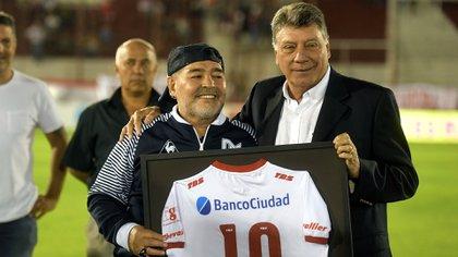 Maradona y Brindisi antes del Huracán-Gimnasia La Plata del pasado 31 de enero (Télam)