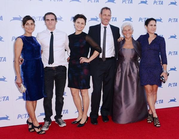 Joaquin Phoenix con sus padres y hermanas (Grosby Group)