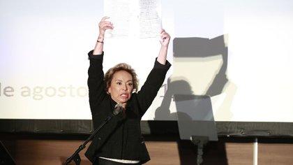 En la conferencia que ofreció mostró el acta en la que se declara su libertad (Foto: AP)