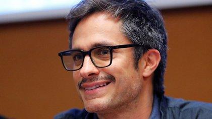 """El actor y director mexicano presentó en Cannes su nueva serie acompañado del elenco de esta ficción sobre drogas, crimen y corrupción que fue aplaudida por el público al grito de """"¡Viva México!"""""""