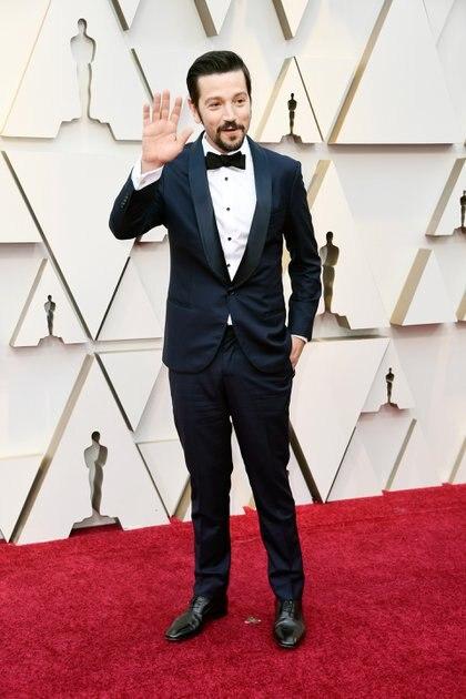 Diego Luna respetó el black tie y asistió con un esmoquin en azul noche y zapatos acordonados en negro