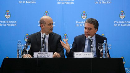 El ministro de Hacienda, junto al presidente del Banco Central, Federico Sturzenegger, en la conferencia de prensa donde anunciaron el acuerdo con el FMI.