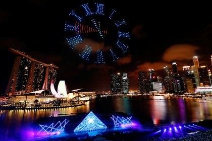 Una cuenta regresiva en el cielo realizada con drones en el cielo de Singapu para recibir el año nuevo