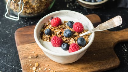 Yogurt con frutas de estación, granola y miel