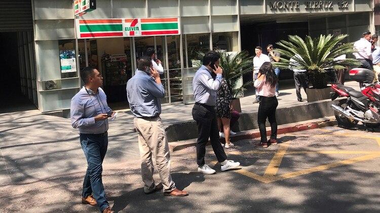 Las personas esperaron afuera de los edificios hasta que se hiciera una revisión de las instalaciones (Fotos: Reuters)
