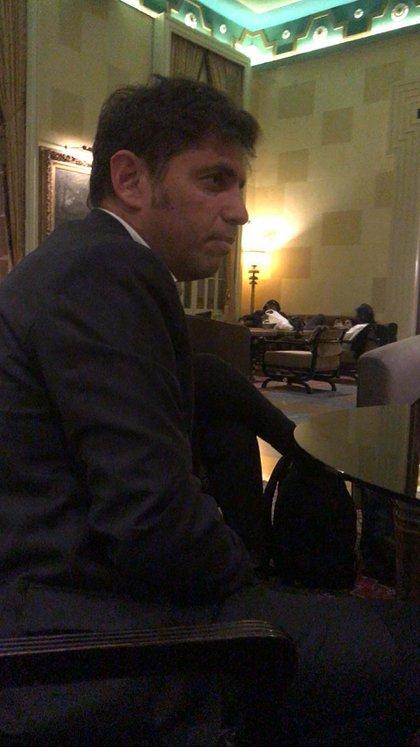 El gobernador bonaerense, esta noche, mientras dialogaba con periodistas en Israel