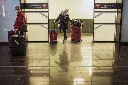 Un turista en el aeropuerto de Viena (EFE/EPA/CHRISTIAN BRUNA/Archivo)