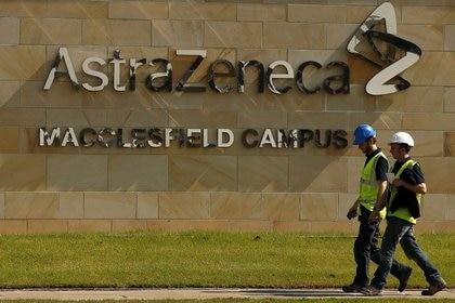 El logotipo de AstraZeneca en unas instalaciones de la farmacéutica en Macclesfield, en el centro de Inglaterra, Reino Unido, el 19 de mayo de 2014. REUTERS/Phil Noble