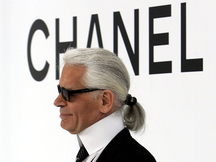 Karl Lagerfeld en uno de sus tantos desfiles anuales. Este para Chanel para su colección de otoño-invierno 2004/2005 en París (Reuters)