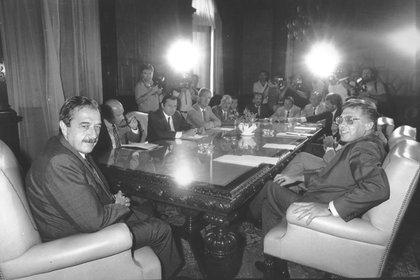 Raúl Alfonsíncon su ministro de Economía Juan Vital Sourrouille al anunciar el Plan Austral(Foto: NA)