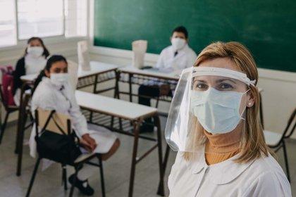 Los docentes deberán usar también una máscara de acetato (Foto: NA)