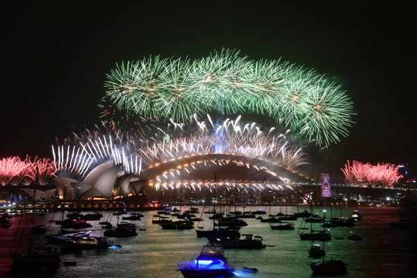 Fuegos artificiales sobre la ópera de Sidney. La tradición no se interrumpió a pesar de los incendios forestales que padecen gran parte del país