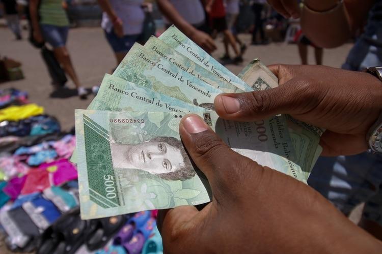 Los bolívares no valen nada en la frontera. Todos los vendedores piden pesos colombianos