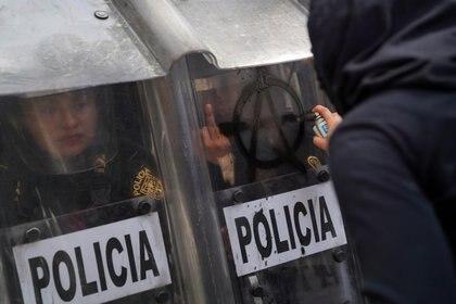 Manifestantes agreden policías en la CDMX (Foto: Reuters / Toya Sarno Jordan)