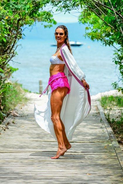 Sigue disfrutando. Alessandra Ambrosio continúa sus vacaciones en su Brasil natal, a donde viajó semanas antes de las Fiestas. La modelo eligió las playas de Florianópolis para descansar en sus días libres con su familia. Además de tomar sol y refrescarse en el mar, se divirtió haciendo jet ski (Fotos: Grosby Group)