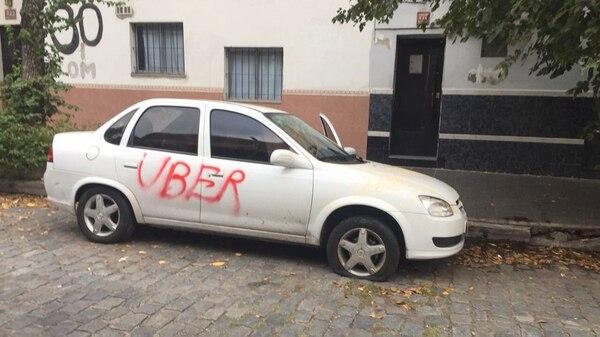 En los últimos meses se multiplicaron los ataques de conductores de taxis contra choferes que utilizan las plataformas Uber y Cabify (@dzapatillas)