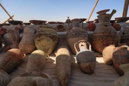 Vasijas casi intactas que fueron desenterradas en la ciudad de 3.000 años descubierta recientemente por arqueólogos, en la Ribera Occidental de Luxor, Alto Egipto. REUTERS/Amr Abdallah Dalsh