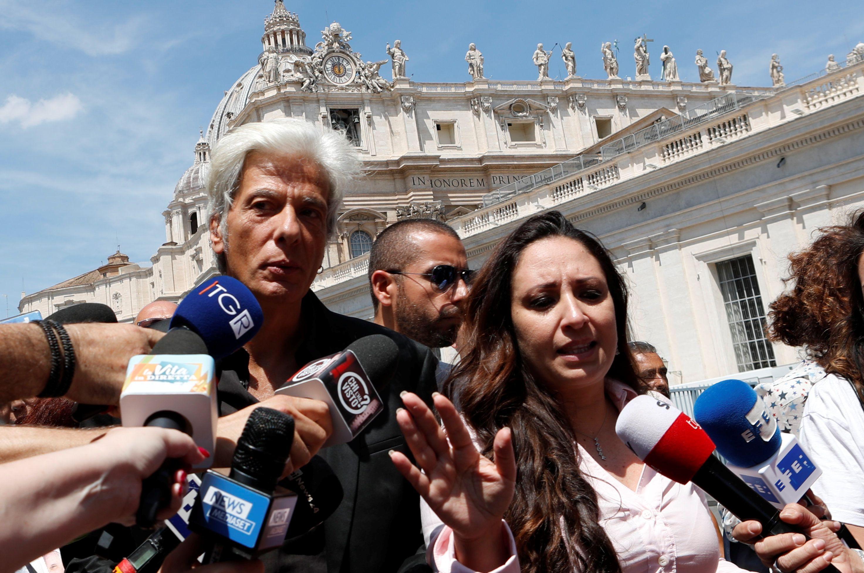 Pietro Orlanditras la apertura de las dos tumbas (Reuters/ Remo Casilli)
