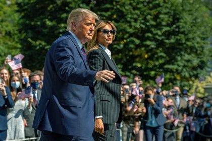 El presidente Donald Trump y su esposa, Melania Trump dieron positivo de coronavirus  (EFE/Ken Cenedo)