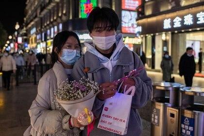 Una pareja pasea por el centro de Wuhan (AFP)