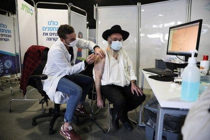 Israel completó la vacunación de los mayores de 65 años y del personal de salud. EFE/EPA/ABIR SULTAN