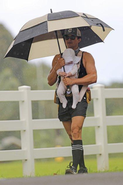 Orlando Bloom llevó sobre su pecho a su hija, Daisy Dove -fruto de su relación con Katy Perry- durante un paseo por las calles de Hawái. El actor, además, protegió a ambos de la lluvia con un paraguas